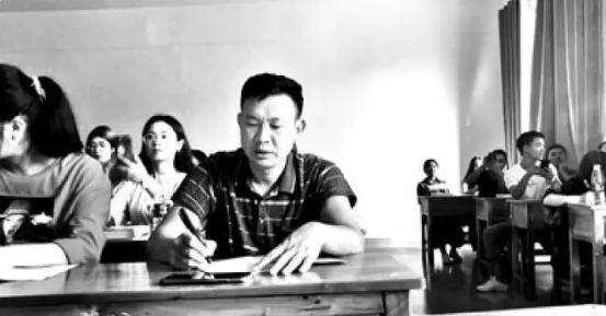 励志!bwin888必赢亚洲52岁大叔自学考上大学,两门专业课班级第一