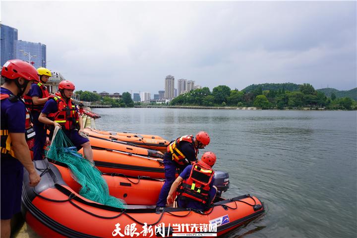 全方位、无死角搜救!贵州安顺公交车坠湖人员搜救仍在进行