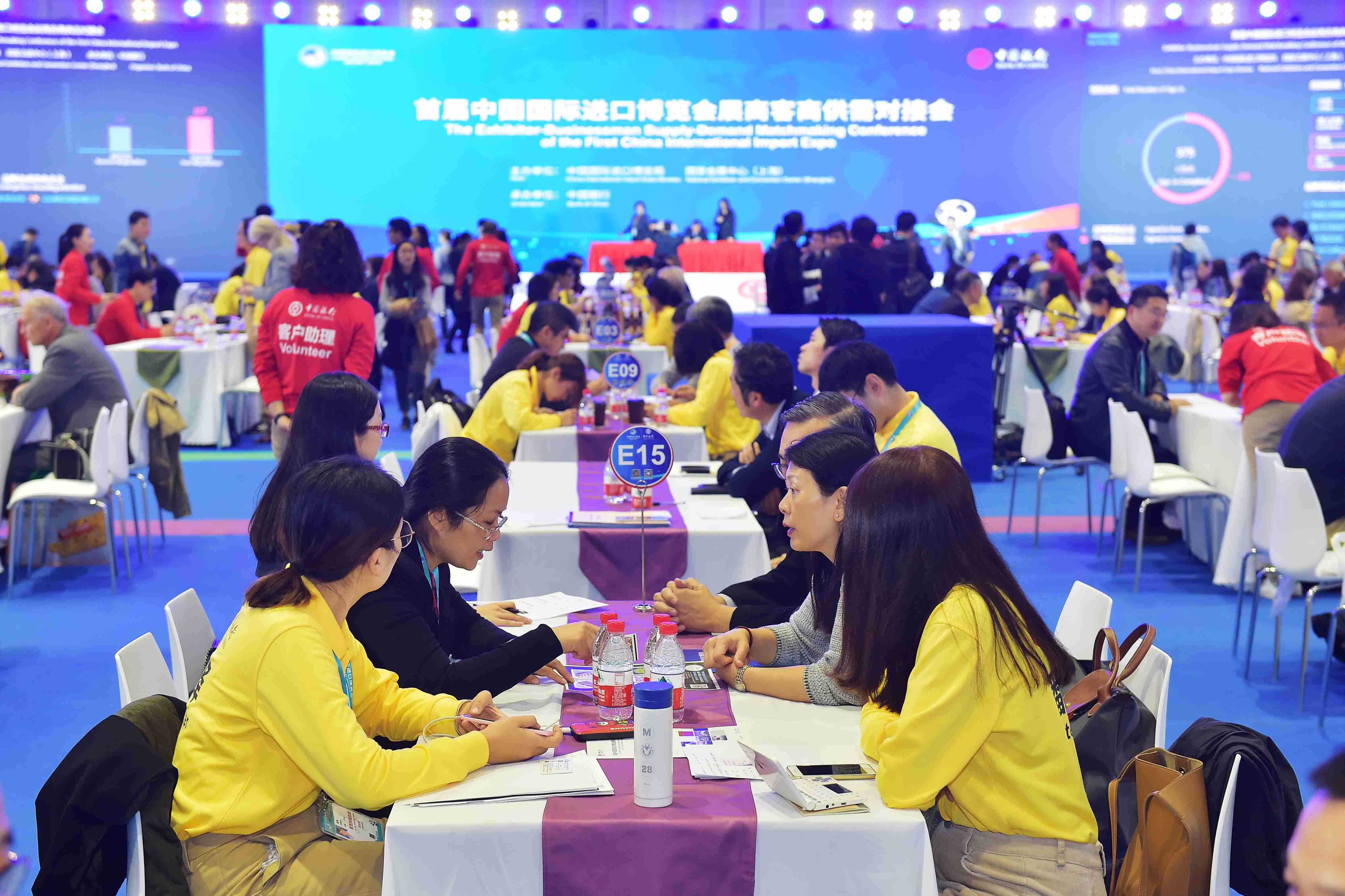 1 ZKS_2379图为进博会展商客商洽谈会现场。当代贵州融媒体记者 张凯 摄.JPG
