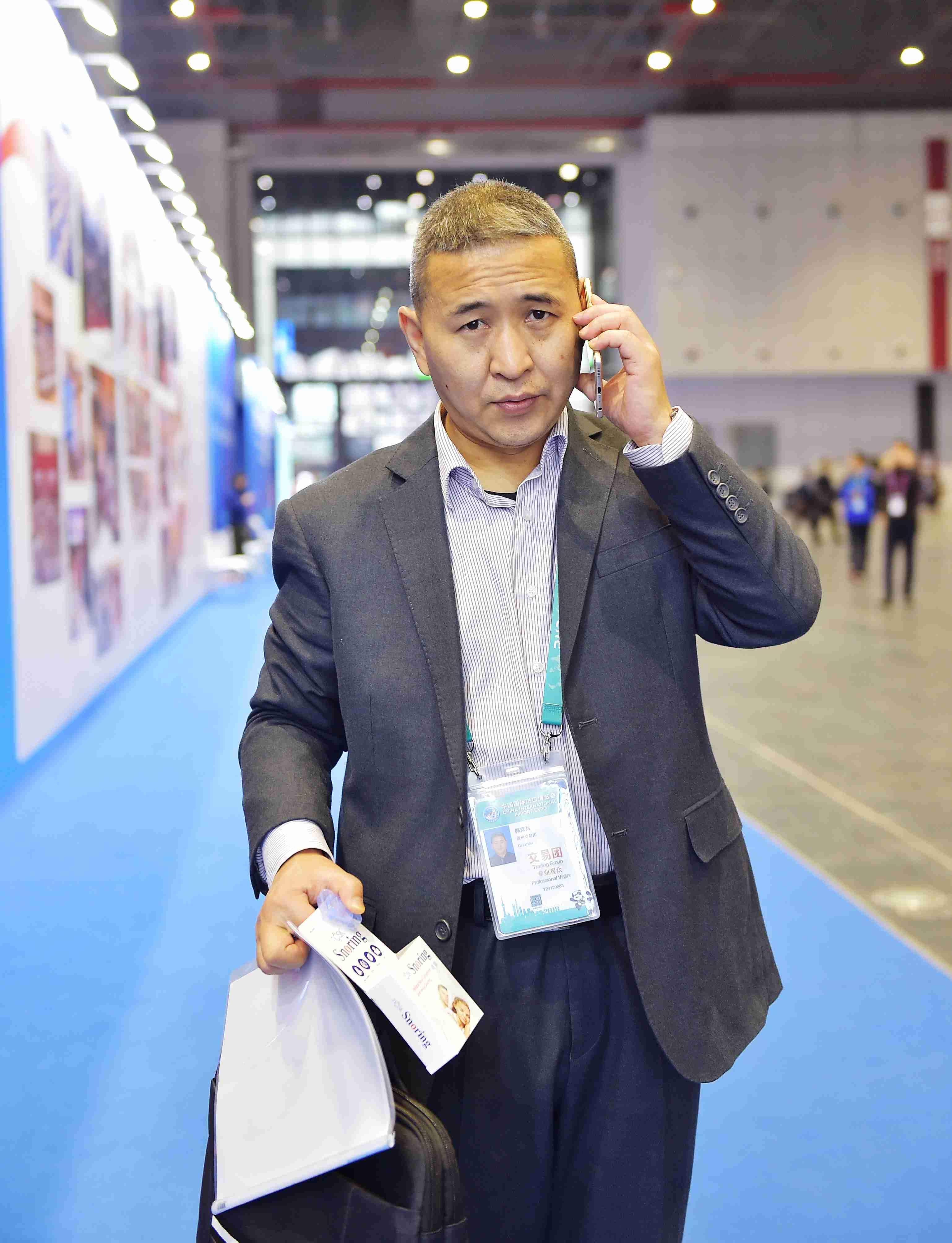 2  ZKS_2472贵州金玖生物技术有限公司董事长韩克兵联系客商洽谈。当代贵州融媒体记者 张凯 摄.JPG