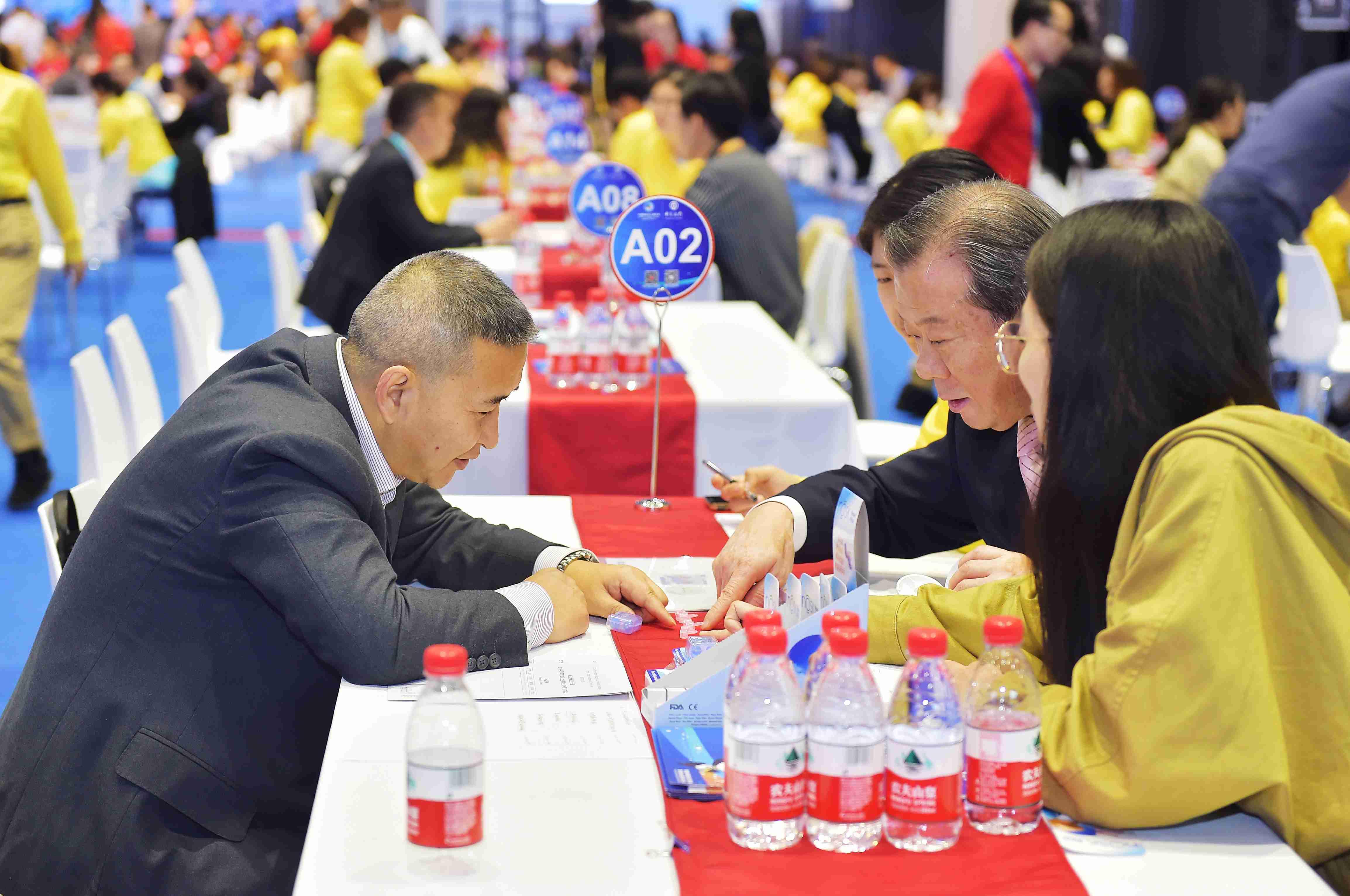 5  ZKS_2437贵州金玖生物技术有限公司董事长韩克兵与韩国客商洽谈,了解产品。当代贵州融媒体记者 张凯 摄.JPG