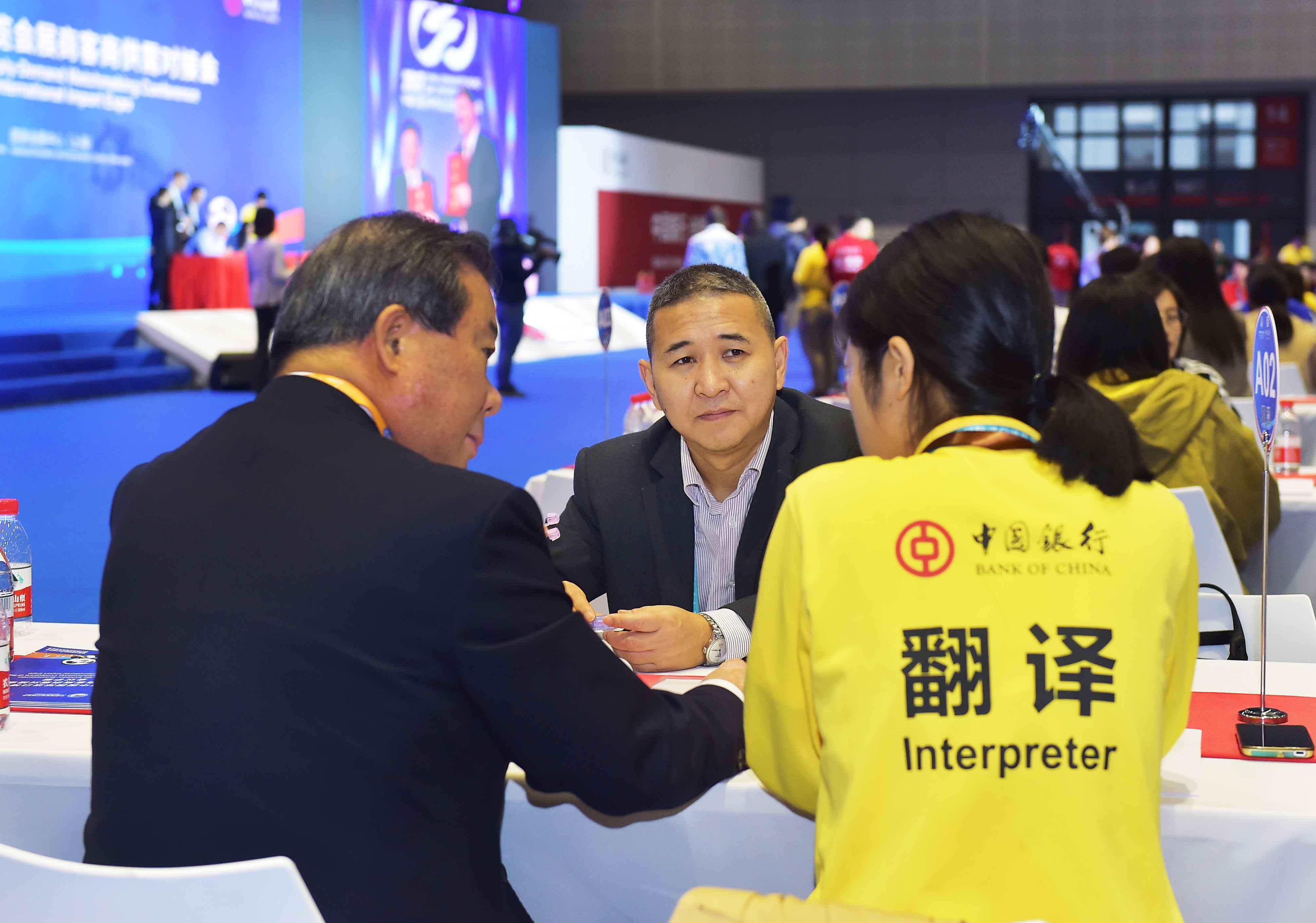 6  ZKS_2411贵州金玖生物技术有限公司董事长韩克兵通过翻译员,与韩国客商洽谈。当代贵州融媒体记者 张凯 摄.JPG