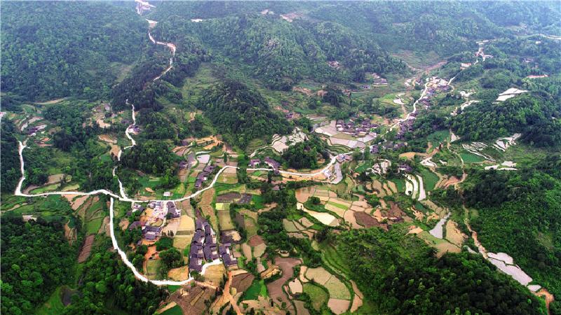 图为俯瞰下的铜仁市思南县瓮溪镇安塘村通组道路
