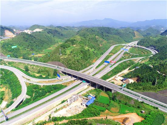 凯里经济开发区鸭塘街道境内的高速公路互通式立交.图片