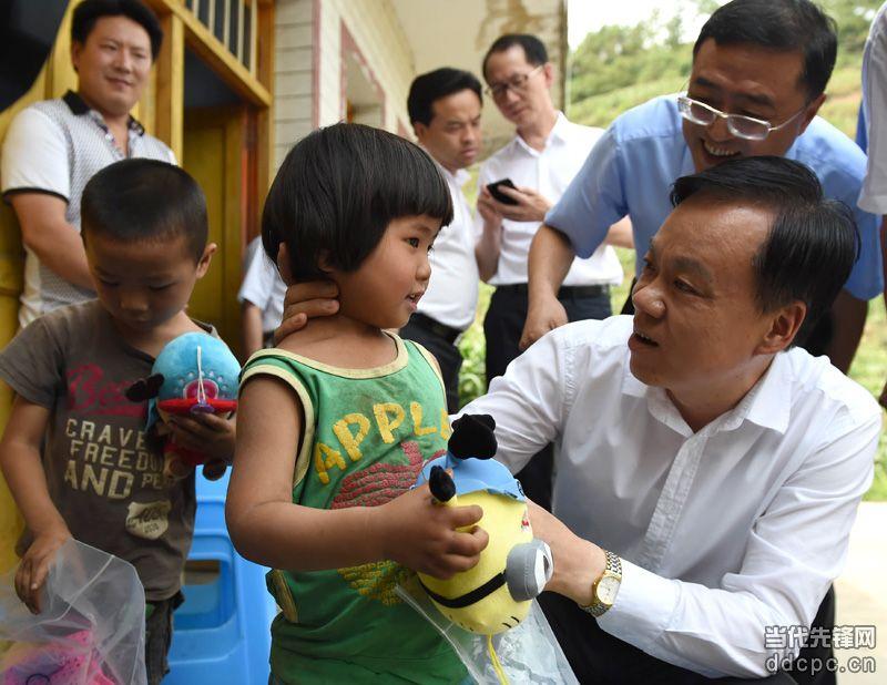 陈敏尔在毕节市七星关区调研农村留守儿童关爱工作