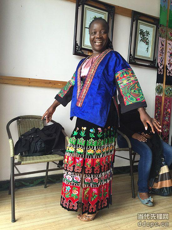 苗族服饰的图案,花纹,颜色令非洲记者耳目一新,50岁的津巴布韦《星期