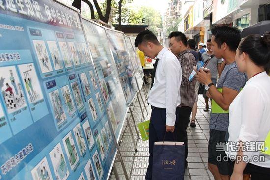 贵州省地震局制作的宣传展板吸引大量市民观看