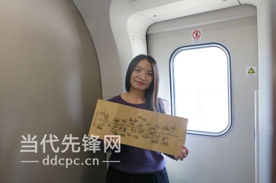 冯婷向记者展示手绘图