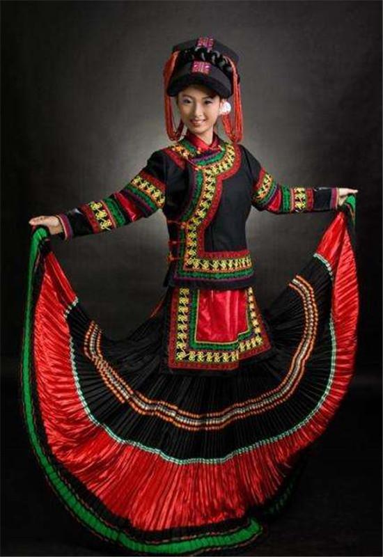 彝族是我国古老的民族之一,在长期的历史进程中,彝族人民创造了无愧于人类的灿烂文化。绚丽多彩的彝族服饰,既是物质财富,更是彝族人民聪明智慧的结晶。   楚雄彝族的服饰,讲求实用并具有与地城风光、传统文化相适应的审美特点。由于所居住的地域环境多系山区半山区,风劲地寒,气候冷凉,加之彝族尚黑,衣着服饰多以青蓝二色为其调,比较注重厚实和保暖,但又绝不因此就显得色泽单调划一。楚雄彝族共有13个支系,由于各支系所处的地域、自然环境、生产经济各有差异,因而服饰也色彩纷呈,各有千秋。而且,还有婚服、战服、丧服以及毕摩