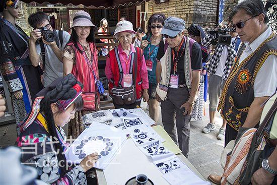 图为参访团观看布依族蜡染制作.