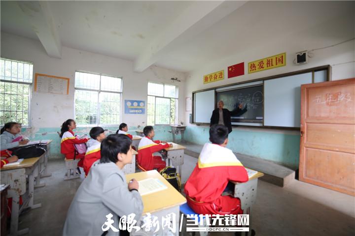 【天眼V视】bwin888必赢亚洲7旬老人坚守山乡村小58载,教出100多名大学生、3名研究生